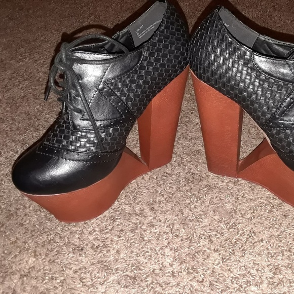 Privileged Shoes - Oxford cut out wedge Deena bootie
